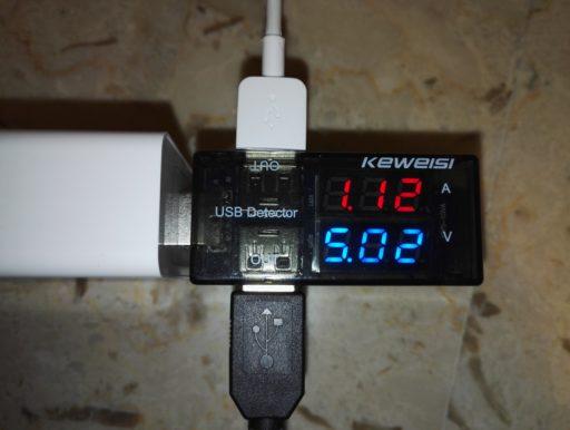 Recensione stazione di ricarica USB Dodocool | Tester USB attaccato alla porta a 2A. Attaccandolo nella porta Quick Charge, la corrente erogata è leggermente maggiore