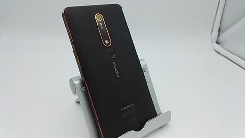 Recensione Nokia 6.1 - materiali della scocca posteriore